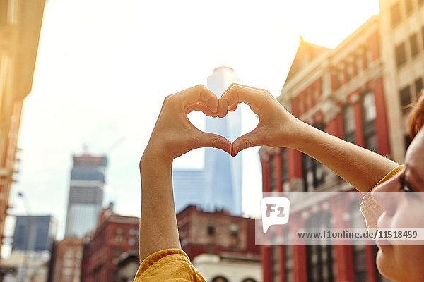 Junge Touristin macht Herzenshände vor dem One World Trade Centre  Manhattan  New York  USA