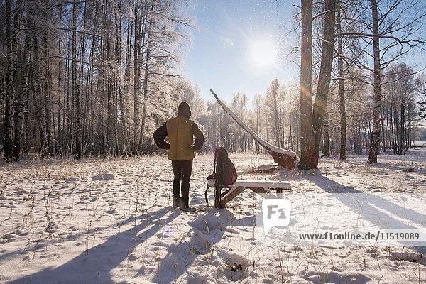 Mann im Winterwald  Ural  Russland