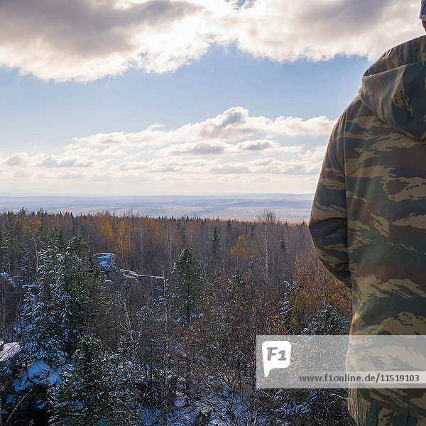 Mann betrachtet Waldlandschaft  Ural  Russland