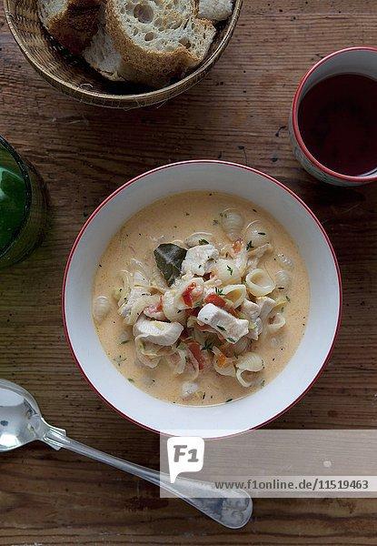 Rote Currysuppe mit Hähnchen und Muschelnudeln