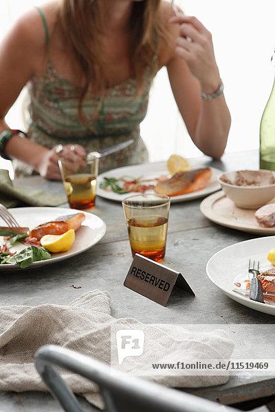 Frau beim Essen im Restaurant  mittlerer Abschnitt