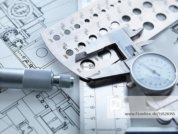 Technische Messung  Messschieber auf einem Stahlmaßstab mit Mikrometer und technischen Zeichnungen