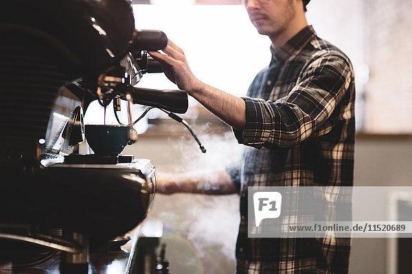 Barista bereitet Kaffee im Café zu