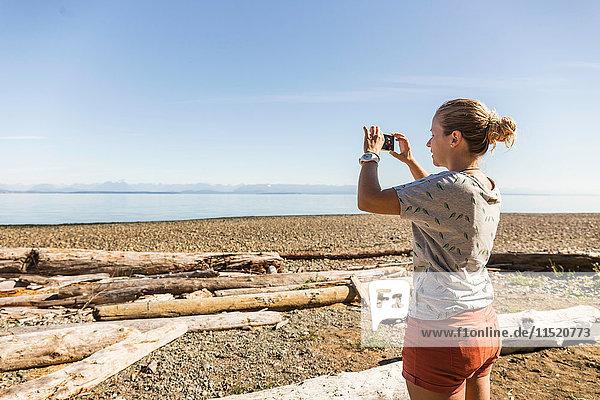 Frau fotografiert im Miracle Beach Provincial Park  Vancouver Island  Britisch-Kolumbien  Kanada