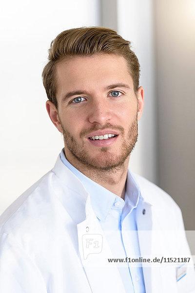 Porträt eines jungen männlichen Arztes im Krankenhaus