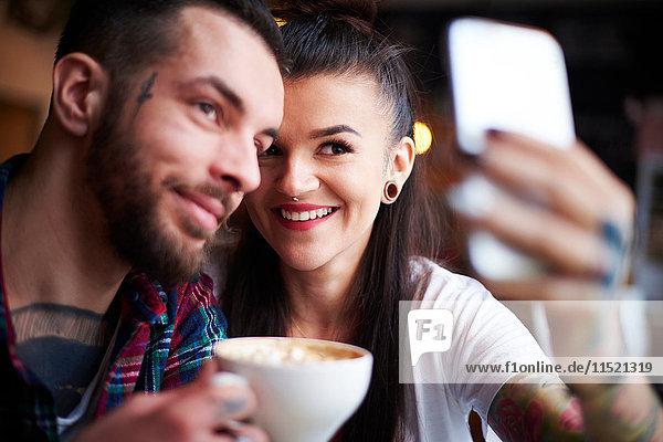 Pärchen im Café beim Selbermachen