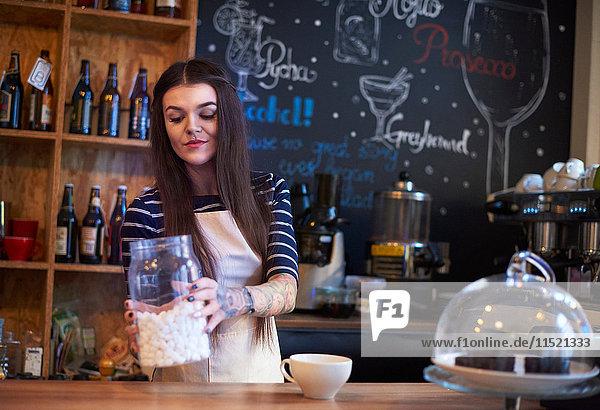 Barista macht Kaffee mit Marshmallows