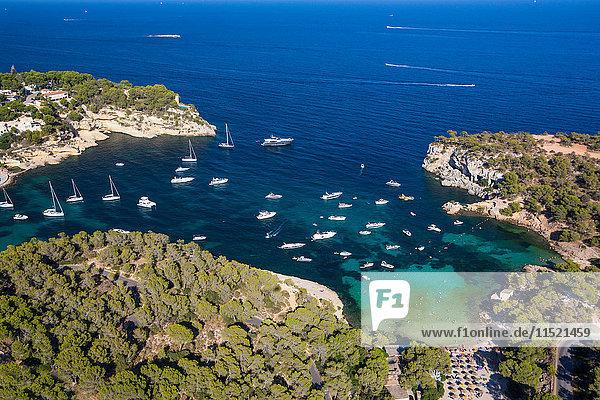 Hochwinkelansicht von in der Küstenbucht vor Anker liegenden Yachten  Mallorca  Spanien
