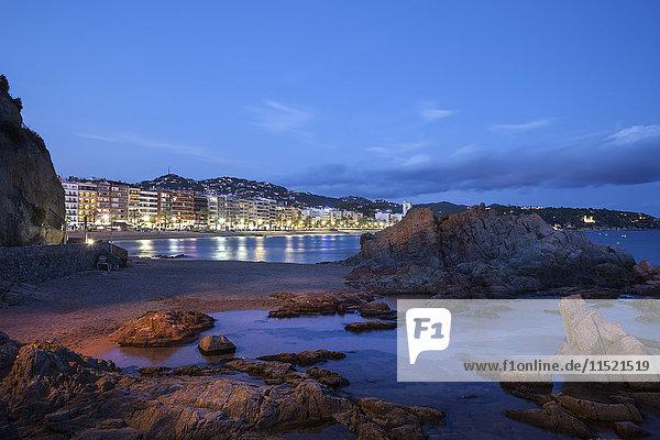 Spanien  Katalonien  Lloret de Mar Stadt an der Costa Brava  Strand und Meeresufer bei Nacht