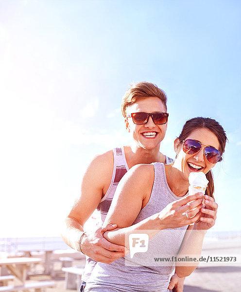 Paar mit Eiscreme lächelnd