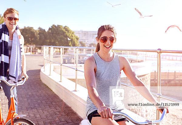 Frau fährt Fahrrad auf der Promenade