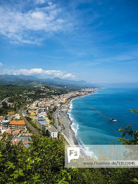 Italien  Sizilien  Santa Margherita  Blick von oben auf die Küste von Sant Alessio Sculo und Santa Teresa di Riva