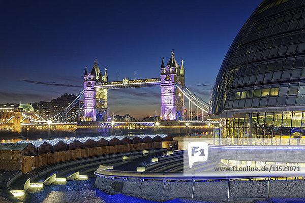UK  London  City Hall und Tower Bridge bei Nacht