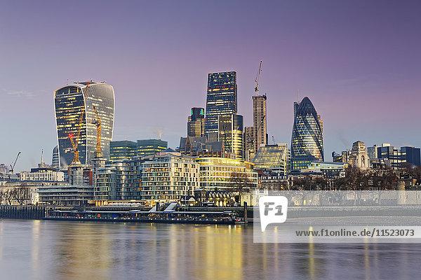 UK  London  Skyline mit Bürotürmen in der Abenddämmerung