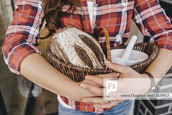 Frau mit Brot und Salz als traditionelles Geschenk für den Umzug in ein neues Zuhause