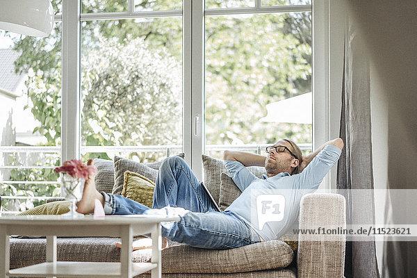 Mann entspannt auf der Couch