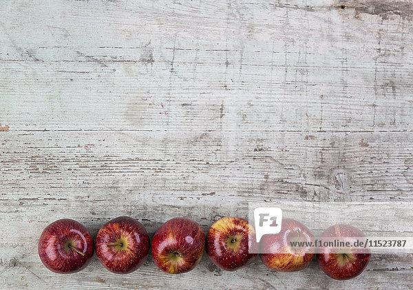 Reihe von sechs roten Äpfeln Reihe von sechs roten Äpfeln