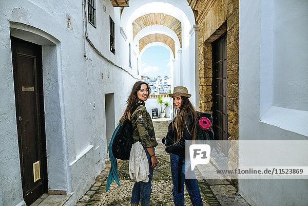 Spanien  Andalusien  Vejer de la Frontera  zwei junge Frauen in der Gasse El Callejon de las Monjas