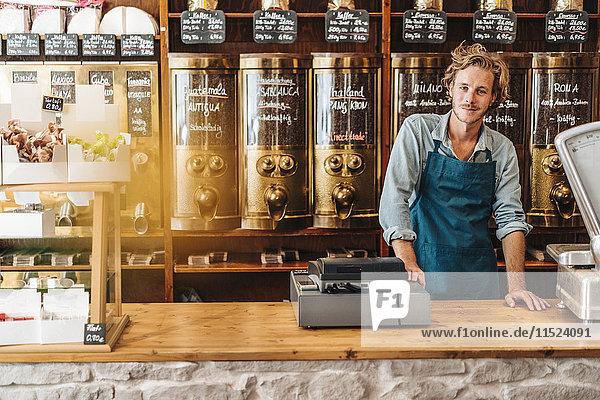 Porträt eines selbstbewussten Kaffeerösters in seinem Geschäft