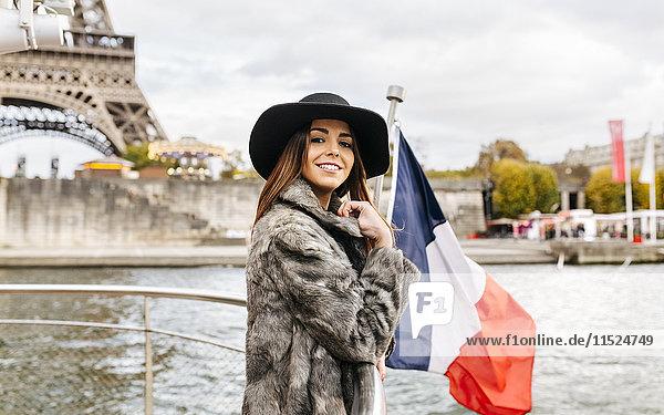 Paris  Frankreich  Porträt eines Touristen auf der Seine mit Eiffelturm im Hintergrund