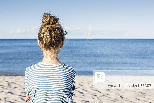 Mädchen mit Blick aufs Meer  Rückansicht