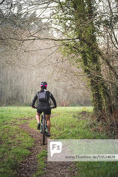 Mountainbike-Fahrerin auf dem Trail