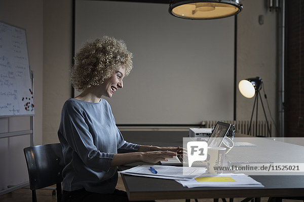 Frau mit einer Videokonferenz im Büro