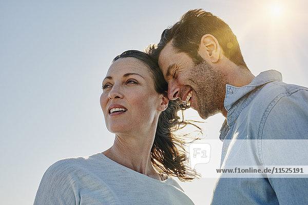 Paar bei Hintergrundbeleuchtung