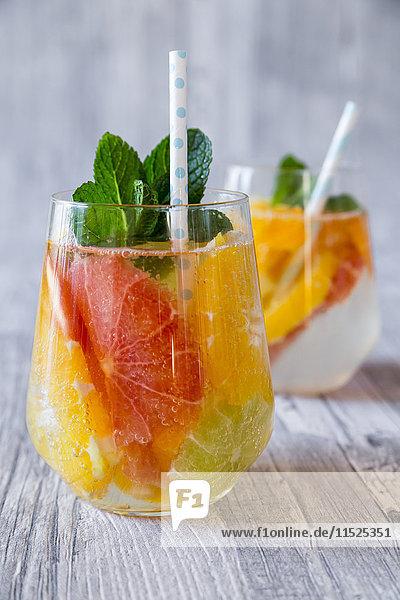 Zwei Gläser entgiftendes Wasser mit Zitrusfrüchten Zwei Gläser entgiftendes Wasser mit Zitrusfrüchten