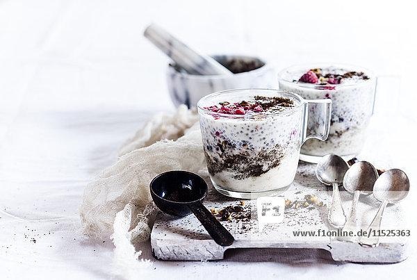 Gläser Joghurt Dessert mit Chia  gerösteten Haselnüssen und Kaffee
