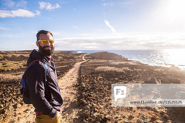 Spanien  Teneriffa  Portrait eines glücklichen Wanderers bei Sonnenlicht