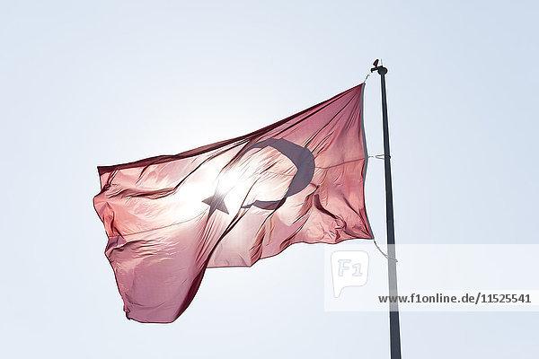 Türkenflagge bei Gegenlicht blasen