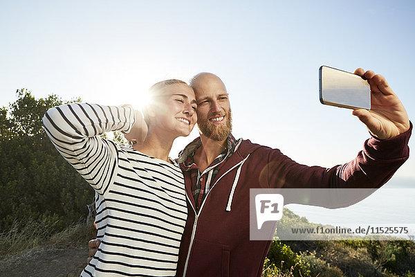 Verliebtes Paar  das Selfie mit Smartphone nimmt