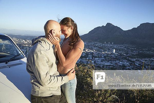 Südafrika  Kapstadt  junges verliebtes Paar am Straßenrand