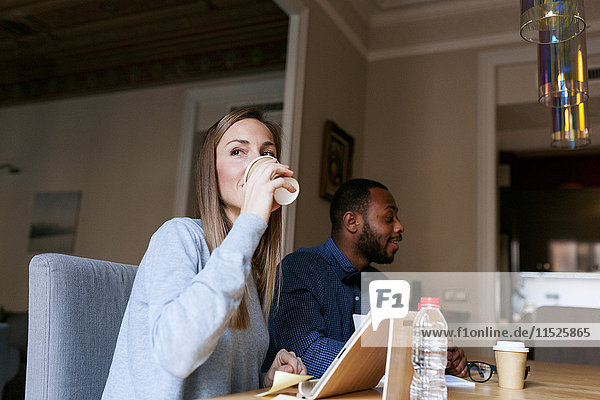 Junger Mann und junge Frau in einem Freizeitbüro