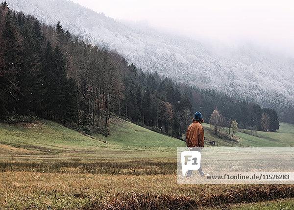 Österreich  Mondsee  Rückansicht des im Herbst flanierenden jungen Mannes
