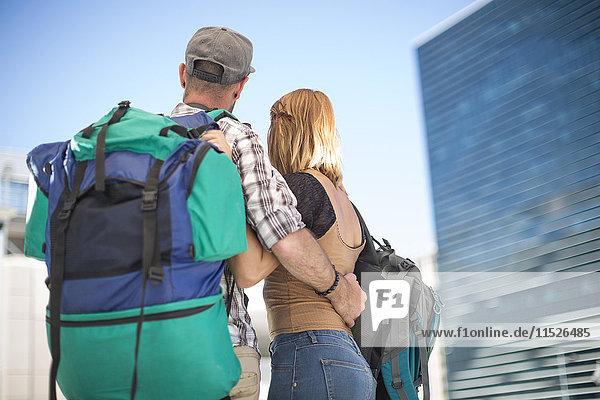 Paar mit Rucksack in der Stadt