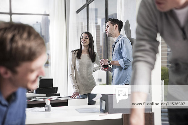 Kollegen im Gespräch im modernen Büro