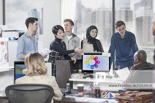 Geschäftsfrau leitet informelles Treffen