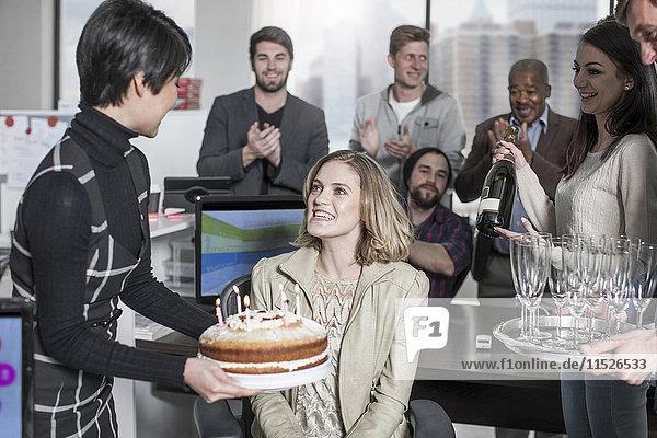 Geburtstagsbüro-Überraschung mit Kuchen und Champagner
