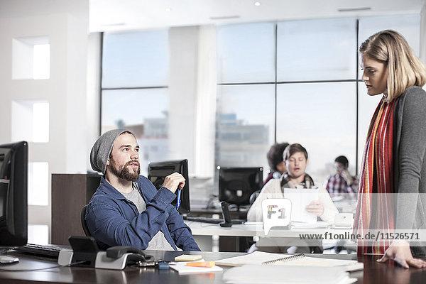 Kollegen im Büro im Gespräch