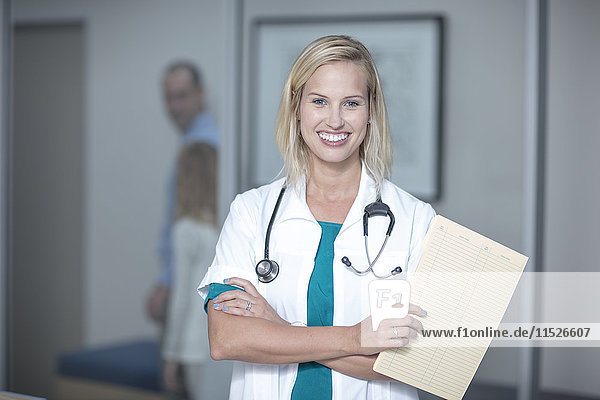 Junger Arzt mit Patientenakte