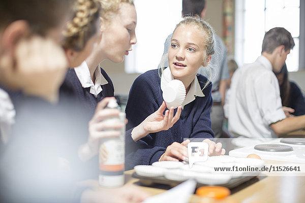 Teenager-Mädchen in der Highschool-Kochklasse diskutieren über