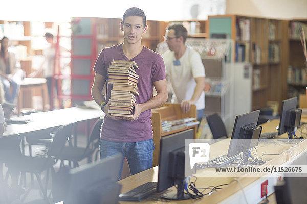 Gymnasiast mit Bücherstapel