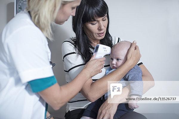 Mutter und Baby bei einer pädiatrischen Untersuchung