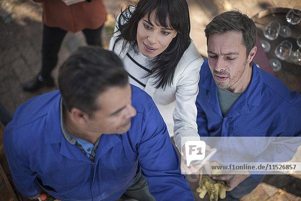 Mitarbeiter beim Aufbau der Weinstation bei der Veranstaltung