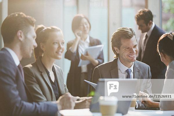 Lächelnde Geschäftsleute im Meeting