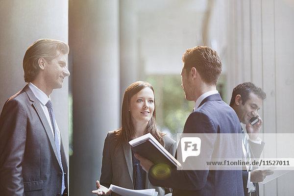 Geschäftsleute sprechen in der Büro-Lobby