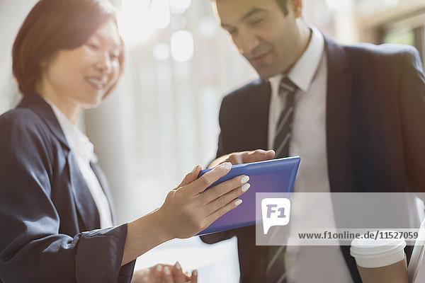 Geschäftsleute mit digitalem Tablett