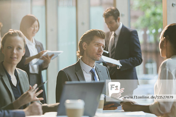Seriöser Geschäftsmann im Gespräch mit Geschäftsfrau im Konferenzraum Meeting